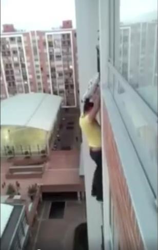 옆집 반려견을 구하려 13층 아파트 벽을 탄 남자
