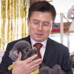 어색하게 강아지 안은 황교안, 반려동물 공약 실효성 의문